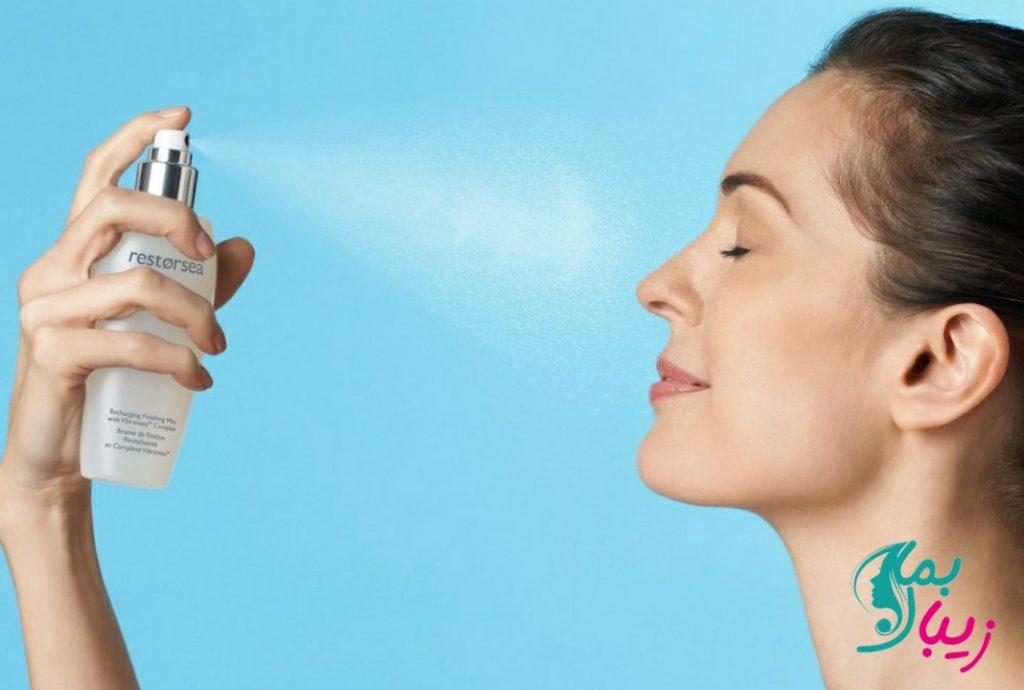 استفاده از اسپری صورت و گردن برای مرطوب کردن و شادابی پوست