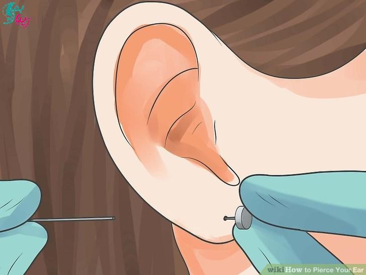 گذاشتن گوشواره در گوش تازه سوراخ شده