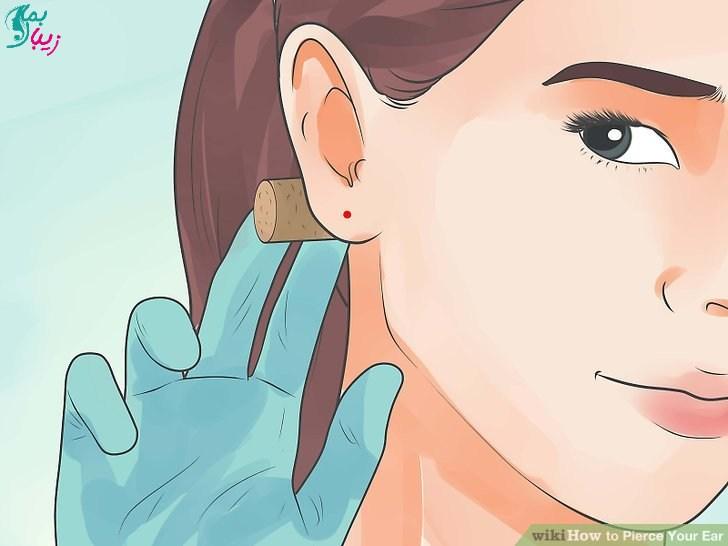 قرار دادن چوب پنبه پشت گوش قبل از سوراخ کردن گوش در خانه