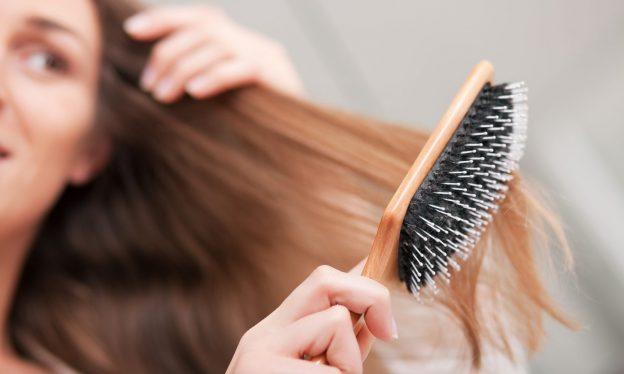 روش صحیح برس کشیدن یا شانه کردن موها